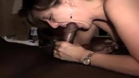 Une femme m�re gobe une queue avant de se la prendre dans ses orifices