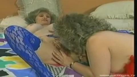 Une veuve en manque de sensations forte l�chouille le minou de sa co�pouse