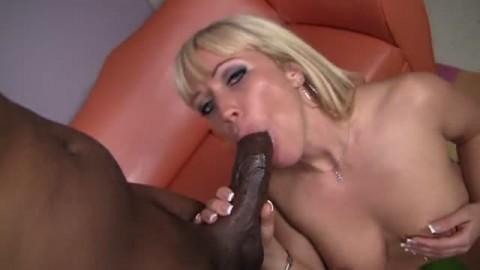Une blonde  s'asperge d'huile avant de s'attaquer � une grosse bite black