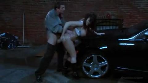 Elle baise dans un coin de rue