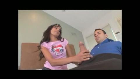 un lascar vient � la rescousse d'une brunette affam�e