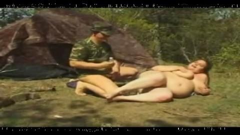 Salope ob�se niqu�e en exterieur par un militaire