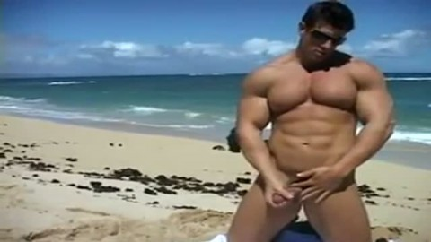 Un gay au beau physique d�voile son membre en plein air
