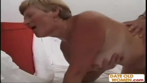 Vieille blonde crie de plaisir avec une grosse bite dans la moule