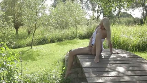 Thumb for Une masturbation f�minine en plein air