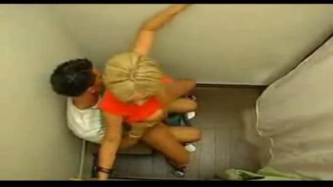 Cette salope blonde adore se faire choper sa chatte ras�e dans la cabine