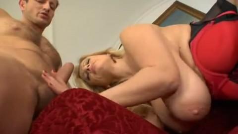 Femme mature aux gros lolos  bais�e comme une moins que rien