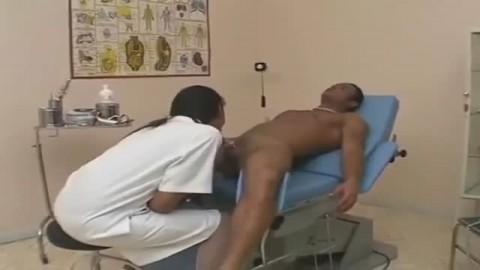 Une d�vergond�e infirmi�re se retrouve avec une �norme bite black entre les jambes