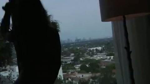 De bon gros seins nus sur le balcon pour d�goter un bel �talon