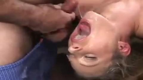 Du sperme plein la gueule d'une milf affam�e