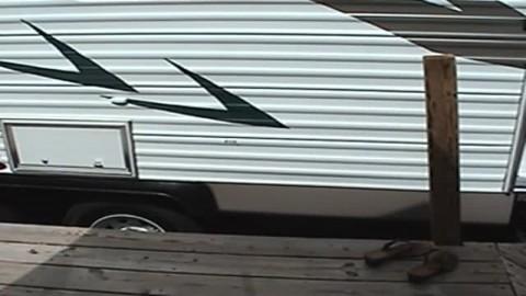 un couple de vieux pervers baise dans un garage