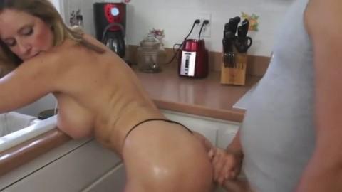 Il offre sa queue � une mature en manque de sexe