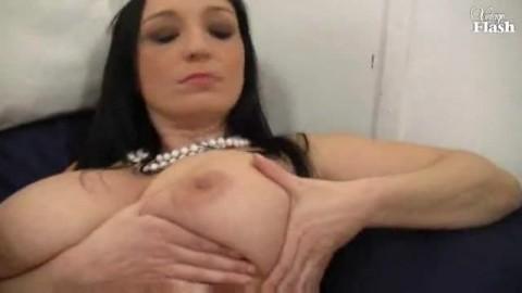 Elle nous excite  avec ses gros seins