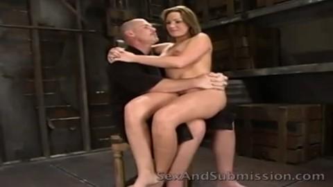 Elle se titille le clitoris avant de prendre en bouche le gros calibre du chanceux, qui va  laminer son vagin