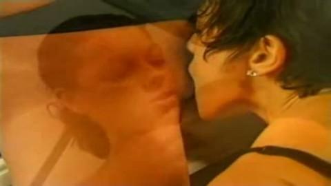 Ces belles lesbos s'embrassent et s'enfoncent les doigts dans les chatounettes