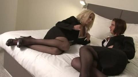 De belles gouines s'offrent un moment intense de sexe