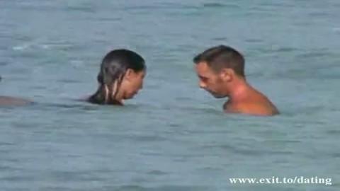 Novice baise dans l'eau sal�e