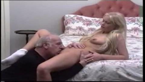 Un papy d�vore la moule lisse d'une minette blonde