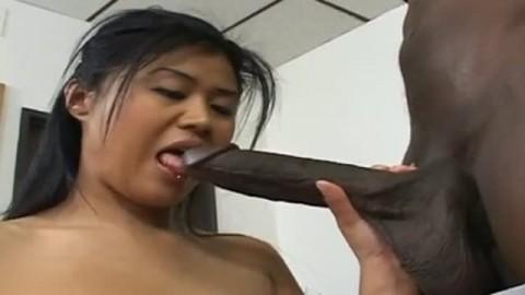 asiatique s'amuse avec une enorme bite noire