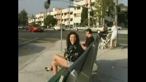 Une salope sans scrupule s'exhibe dans la rue