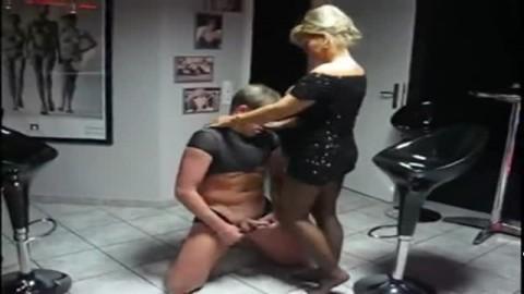 Il adore les fesses et le vagin tremp� de cette salope blonde