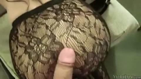 Cette salope blonde use bien de  ses pieds pour caresser une grosse verge