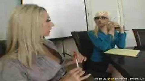 Ces lesbiennes laissent le job et se l�chouillent les foufounes