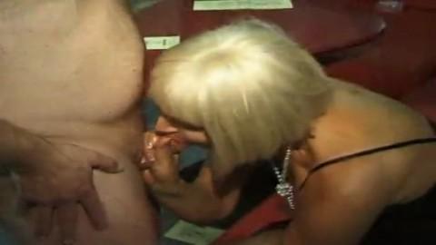 Des femmes matures dans un club �changiste sucent et maltraitent des petites bites