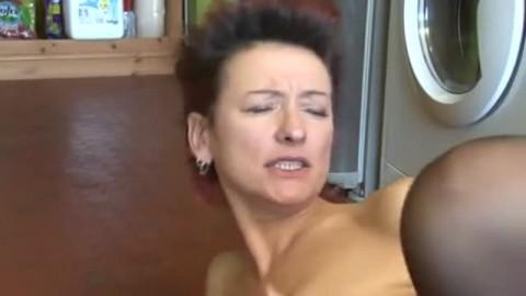 Une Milf baise avec son cuisinier en absence de  son �poux