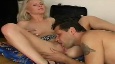 Mec sexy l�che le vagin d'une veille salope blonde