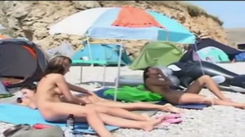 De la baise � gogo sur cette plage de nudiste