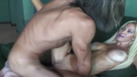 Le blonde suce le chanceux  avant de se faire exploser l'anus et la chatte