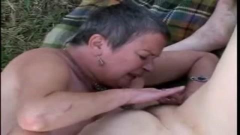 Deux vieilles lesbiennes  se masturbent en plein air
