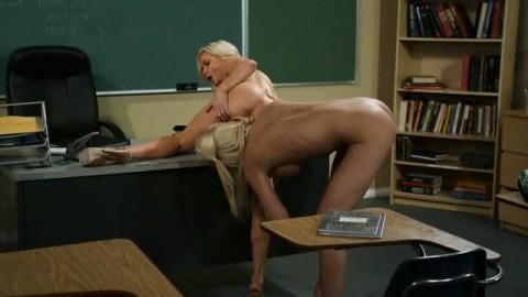 Deux lesbiennes blondes se bouffent sauvagement le minou