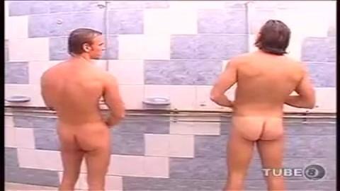 Des gays boxeurs  se livrent � une partouze dans les toilettes