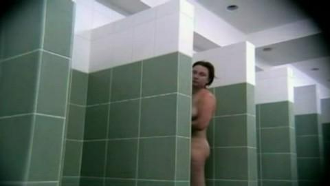 Elle nous d�voile son intimit�  sous la douche