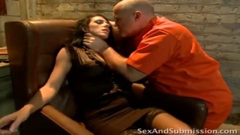 Un prisonnier visiblement  en �rection esquinte sauvagement la vulve d'une gardienne