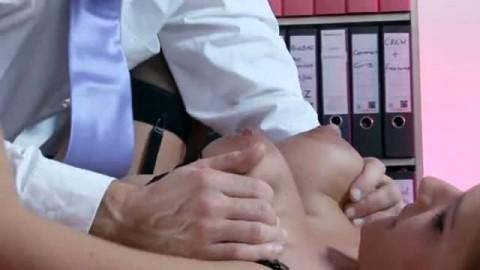 Une pute blonde se fait osculter ses gros seins et sauvagement encul�e