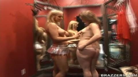 Deux cochonnes se font un jeu lesbien
