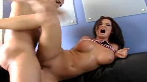 En nympho, elle suce le gros membre de son amant, puis se met en position pour encaissr plusieurs coups de trique