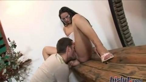 Une brunette se masturbe tranquillement quand un lascar d�barque la bite bien tendue