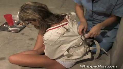 Salope blonde soumise torturer par sa lesbienne de ma�tresse